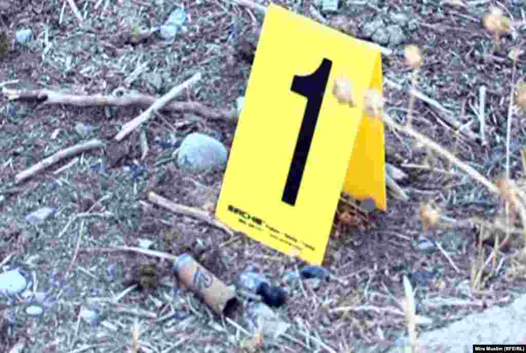 Қазанның 29-ы түстен кейін Шымкент Маңындағы Бадам ауылында болған екі топтың қақтығысында екі адам қаза тапты, 14 адам ауруханаға түсті. Суретте: қақтығыс орнынан табылған гильза. Шымкент, 30 қазан 2012 жыл.