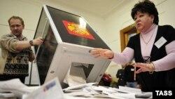 Подсчет голосов на избирательном участке в одном из регионов России
