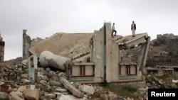 Подростки стоят на развалинах мечети в провинции Саада в Йемене