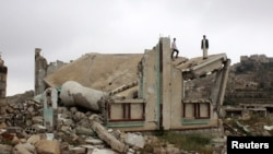 Діти стоять на зруйнованому обстрілами даху мечеті у північно-західній провінції Саада, Ємен (архівне фото)