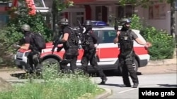 Полицейские у кинотеатра в Фирнхайме, Германия, 23 июня 2016 года.