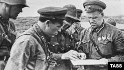 Георгий Жуков (справа) по время военных действий на реке Халхин-Гол, 1939 год
