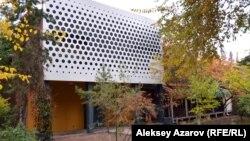 Фасад здания с большой сценой театра АРТиШОК. Алматы, 18 октября 2017 года.