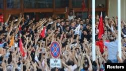 Түркия президенті Режеп Ердоған жақтастарымен бірге. Стамбул, 16 шілде 2016 жыл.