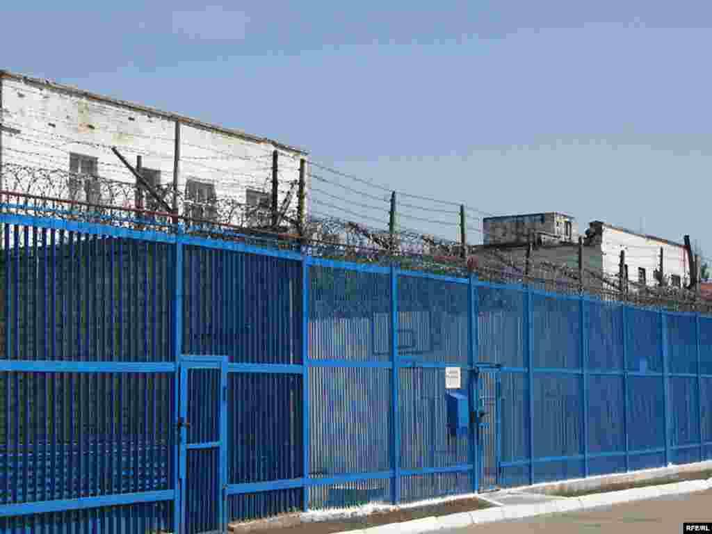 За цими гратами розташовані казарми, де живуть ув'язнені.
