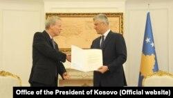 Američki ambasador na Kosovu Greg Delavi uručuje pismo kosovskom predsedniku Hašimu Tačiju