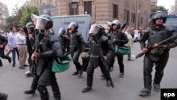 Бойцы спецподразделения полиции в районе площади Тахрир. Каир, 19 ноября 2014 года.