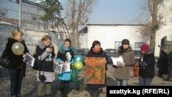 Коллеги Азимжана Аскарова верят в его невиновность. Акция протеста кыргызстанской правозащитницы Толекан Исмаиловой с требованием к властям освободить из тюрьмы Аскарова.