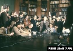صادق قطبزاده در یک کنفرانس خبری در تهران
