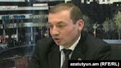 Член парламентской фракции правящей Республиканской партии Армении Артак Давтян в студии «Азатутюн ТВ» (архив)