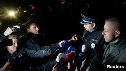 Глава полиции Чехии Томас Тухи (второй справа) и министр внутренних дел Милан Чованек на месте вооруженного инцидента в Угерски-Броде, 24 февраля 2015 года.