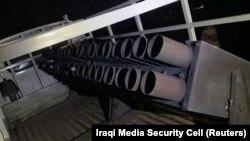 Un camion încărcat cu rachete tip Katiușa îndreptându-se către tabăra militară Taji din nordul Bagdadului