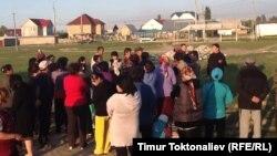 """Собрание жителей жилмассива """"Ак-Орго"""", недовольных продажей земли, Бишкек, 4 мая 2013 года."""