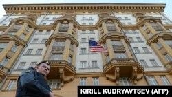 یک پلیس روس در حال گشتزنی در خیابان مقابل سفارت آمریکا در مسکو.