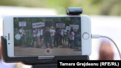 Ziariștii moldoveni marchează Ziua Libertății Presei în fața Parlamentului de la Chișinău