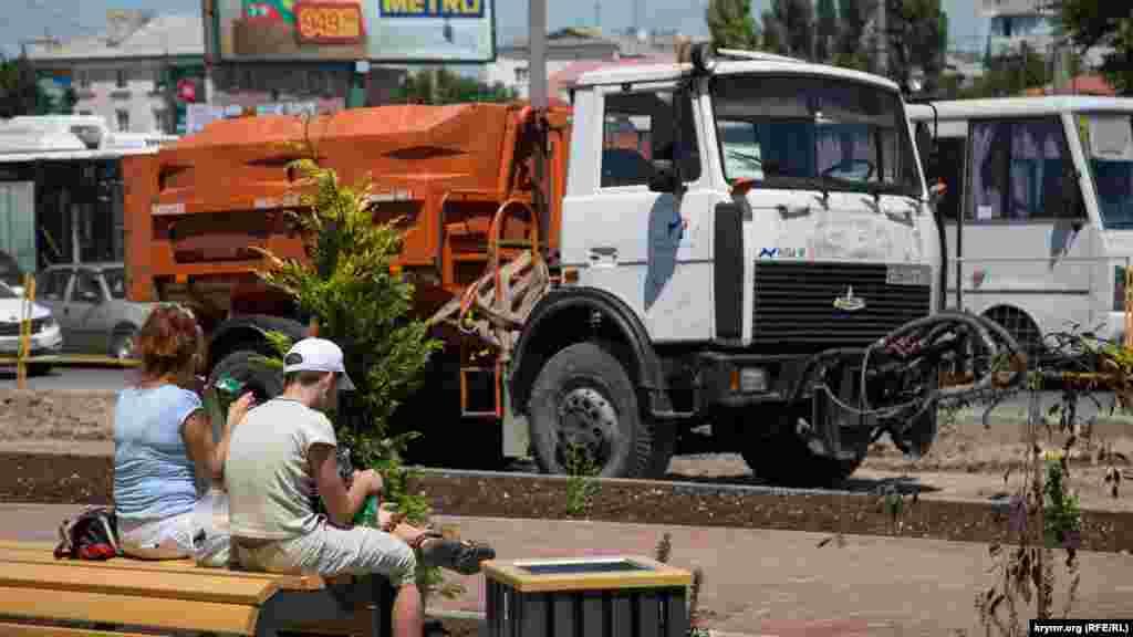 В Симферополе на реконструированной площади перед Центральным рынком высадили деревья и кусты, 11 июля 2017 года