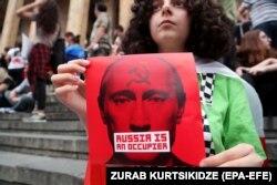 Під час акції протесту біля будівлі парламенту Грузії. Тбілісі, 27 червня 2019 року