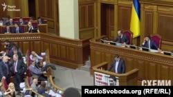 Прем'єр-міністр Арсеній Яценюк та голова Верховної Ради Володимир Гройсман, не криючись, говорять по телефону, дивлячись один на одного