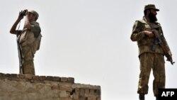 پاکستاني امنیتي سرتېري د مومندو په قبایلي سیمه کې امنیتي څار کوي