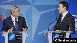 Ermənistan prezidenti Serzh Sargsyan (sodla) Belçikada NATO-nun Baş katibi Andres Fogh Rasmussenlə görüşdə, 6 mart 2012-ci il.