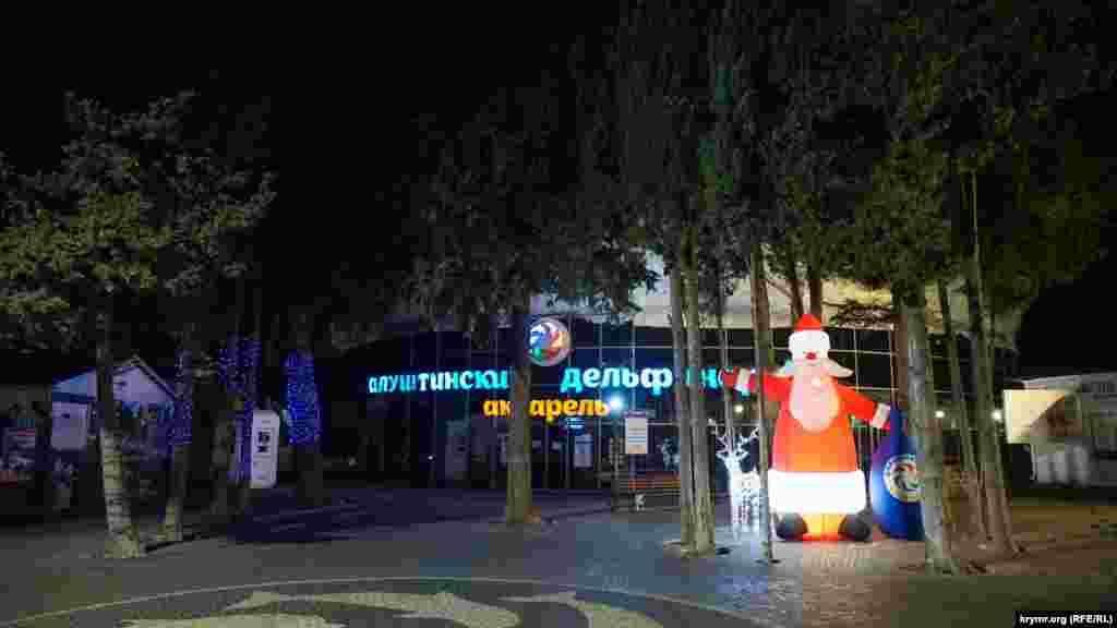 Надувной Дед Мороз у главного входа в дельфинарий «Акварель»