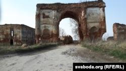 Рэшкі радзівілаўскай брамы побач зьвёскай Жырмуны Лідзкага раёну