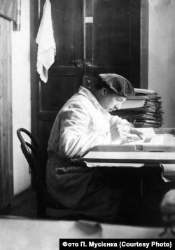 Стефан Таранушенко у своєму кабінеті, 1933 рік. Фото П. Мусієнка. Надане О. Савчуком