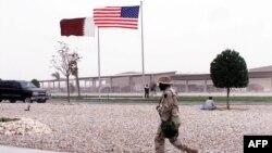 Американский солдат проходит перед штабным офисом, 26 марта 2003 г., из которого координировались военные действия в Ираке.