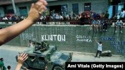 Qytetarët duke përshëndetur trupat amerikane, teksa ata kalojnë përmes qytetit të Gjilanit. 30 qershor, 1999.