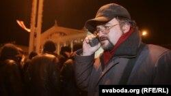 Валер Каліноўскі вядзе рэпартаж зьменскай Плошчы-2006. Фота Сяргея Грыца