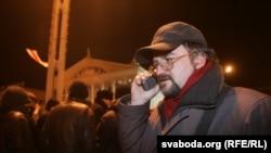 Валер Каліноўскі ў адну з начэй сакавіка 2006 году на Кастрычніцкай плошчы Менску