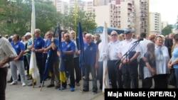 Građani koji su se okupili u znak sjećanja na vojnike stradale 15. svibnja 1992.