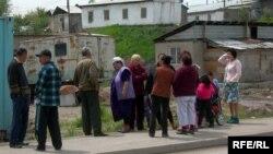 Жители поселка Шанырак. Алматы, 5 мая 2009 года.
