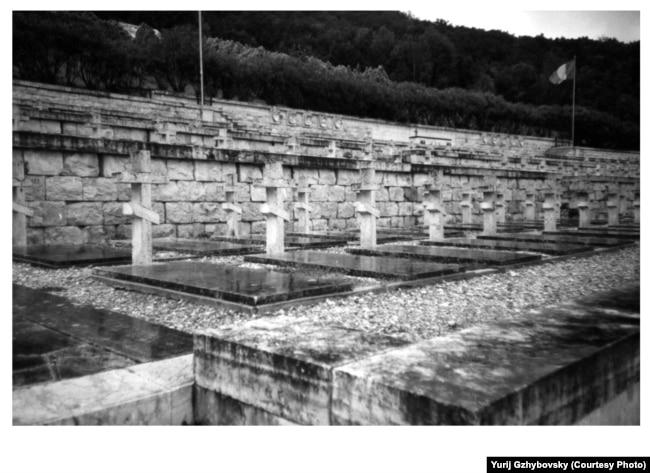 Воєнне кладовище у Монте Кассіно в Італії, де поряд з поляками та білорусами поховані українські солдати польської армії (архів Юрія Гжибовського)