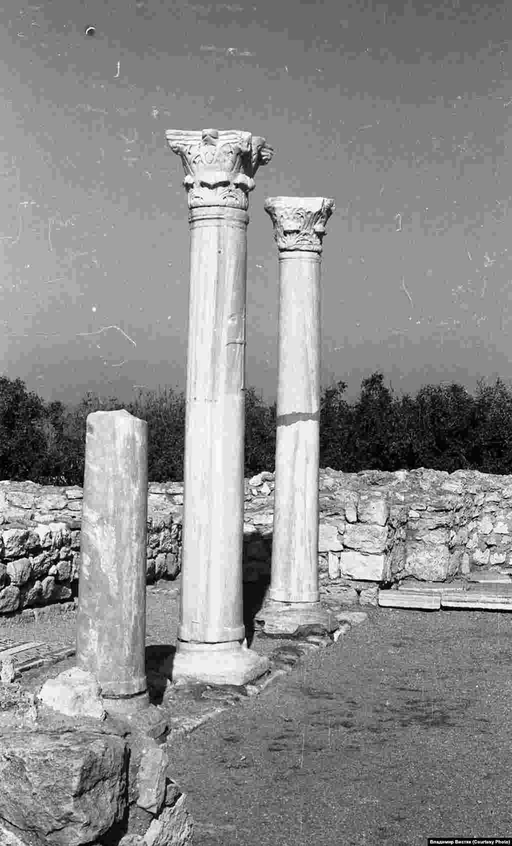 Руїни колонади середньовічної базиліки. Це одна з найвідоміших визначних пам'яток, знайдена в Херсонесі. Ймовірно, вона була побудована в VI столітті на місці більш раннього храму. За інформацією різних історичних джерел, місто збереглося практично в первозданному стані до XVIII століття