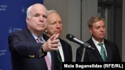 აშშ-ის სენატორები ჯონ მაკკეინი (მარცხნივ), ჯო ლიბერმანი და ლინდსი გრემი თბილისში ვიზიტისას
