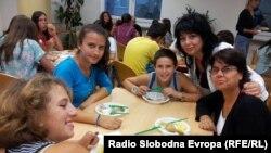 Директорката на СОС детското село, Виолета Герогиевска со децата