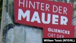 Afișul expoziției dedicate ridicării Zidului Berlinului
