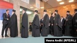 SPC navela da joj je milion evra potrebno za plaćanje penzijskog, invalidskog i zdravstvenog osiguranja zaposlenih (crkveni zvaničnici na predsedničkoj inauguraciji Aleksandra Vučića)