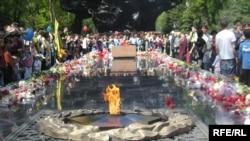 Мемориальный комплекс 28 гвардейцам-панфиловцам. Алматы, 9 мая 2010 года. Иллюстративное фото.