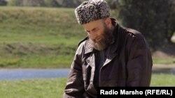 Чеченец делает намаз в Австрии (архивное фото)