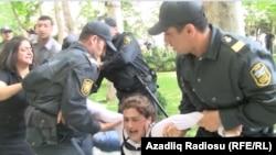 Боку полициячилари намойишчиларни ушлаб кетмоқда, 2012 йил 21 майи.