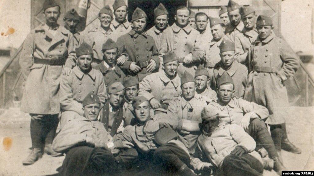 Лявон Рыдлеўскі ўфранцускім войску (уцэнтры ўверхнім шэрагу). 1940 год
