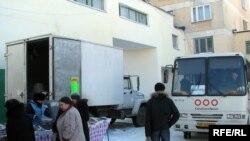 Один із автобусів, якими Партія регіонів підвозить виборців до дільниць. А біля самої дільниці продають дешеві продукти
