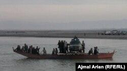 یک کشتی در حال انتقال دادن مردم در رودخانه آمود در تخار