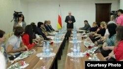 """Журналистов, работающих в местных СМИ, поздравил президент Южной Осетии Леонид Тибилов, который пожелал им """"новых трудовых свершений, творческого вдохновения и плодотворной работы на благо народа"""""""