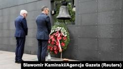Яцек Чапутович (л) і Гайко Маас (п) вшановують 75-у річницю початку Варшавського повстання біля Стіни пам'яті, Варшава, 1 серпня 2019 року