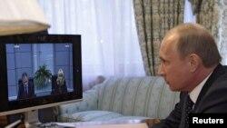 Прем'єр Росії Володимир Путін бере участь у відео-конференції, присвяченій вибухам у московському метрополітені. Красноярськ, 29 березня 2010 року
