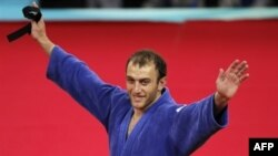 Irakli Tsirekidze accepted his gold with a message in hand