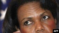 وزير امور خارجه از کشور ليبی به عنوان نمونه ای ياد کرد که بعد از کنار گذاشتن برنامه تسليحات کشتار جمعی در سال ۲۰۰۳ ميلادی روابط گرمی با آمريکا برقرار کرده است.